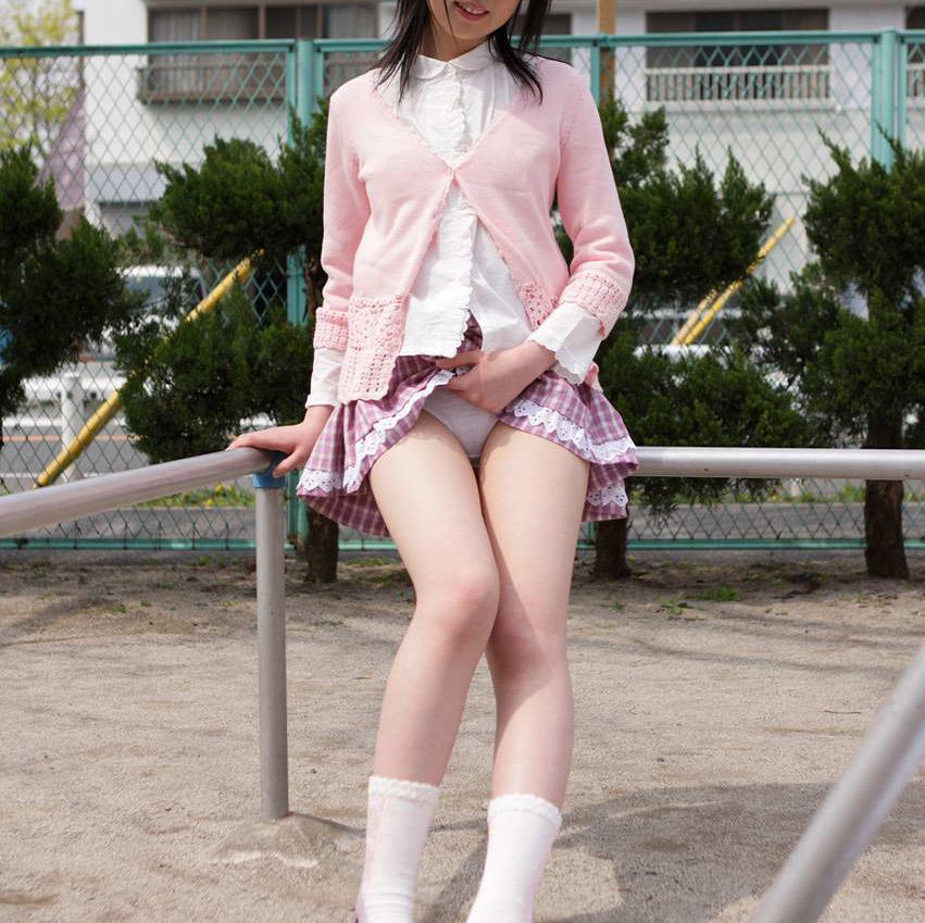 パンチラ挑発誘惑スカートたくし上げ着衣エロ画像3枚目