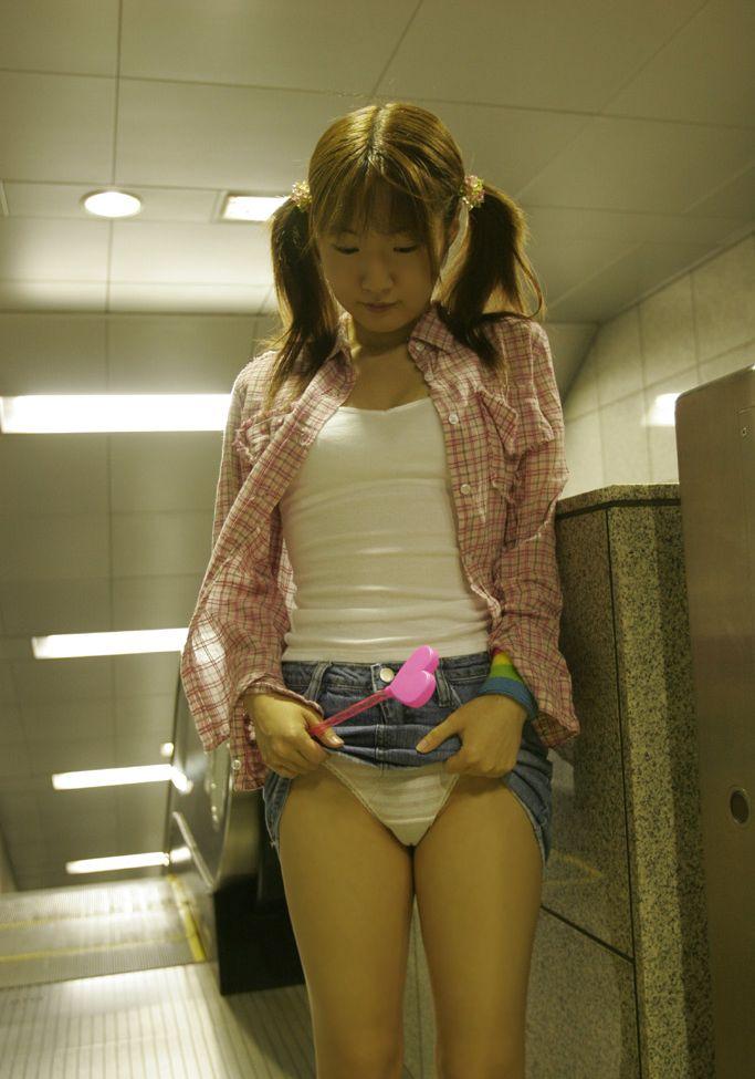 パンチラ挑発誘惑スカートたくし上げ着衣エロ画像28枚目