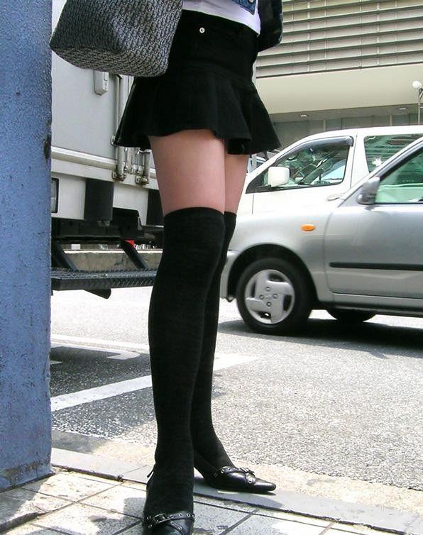 太ももミニスカ黒ニーハイパンチラ美脚着衣エロ画像4枚目