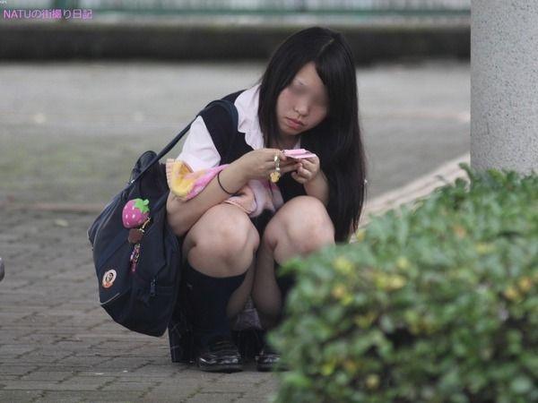 JCJKパンモロ三角ゾーンシミパンチラ盗撮エロ画像16枚目