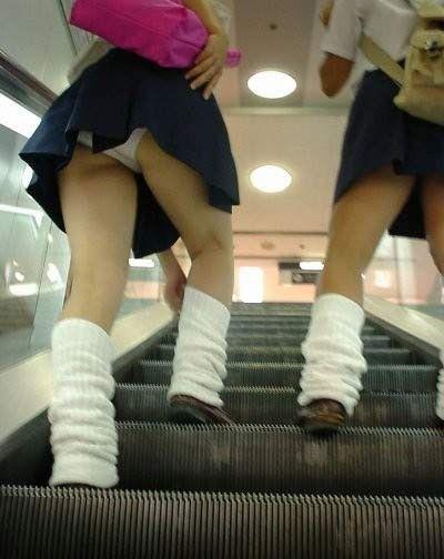 ミニスカJCJKの階段下から見上げるパンチラ盗撮エロ画像16枚目