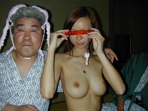 酔ったオヤジにエロイ事をされているピンクコンパニオン画像18枚目