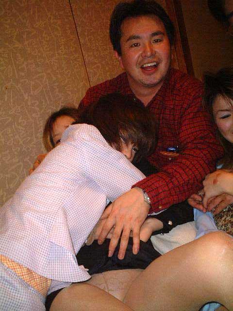 酔ったオヤジにエロイ事をされているピンクコンパニオン画像33枚目