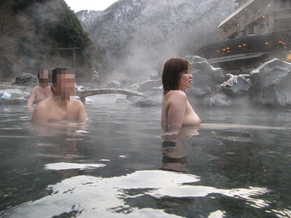 旦那の性癖に従い混浴温泉で裸体を晒す嫁エロ画像1枚目