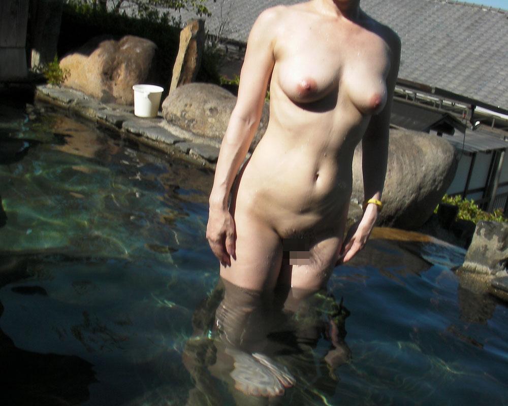 旦那の性癖に従い混浴温泉で裸体を晒す嫁エロ画像10枚目
