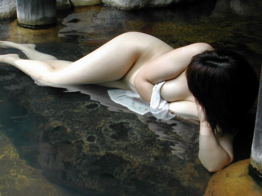 旦那の性癖に従い混浴温泉で裸体を晒す嫁エロ画像13枚目