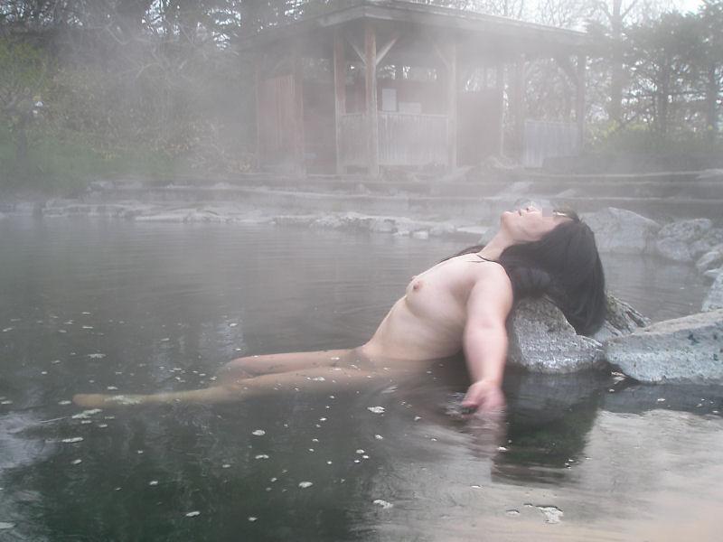 旦那の性癖に従い混浴温泉で裸体を晒す嫁エロ画像16枚目