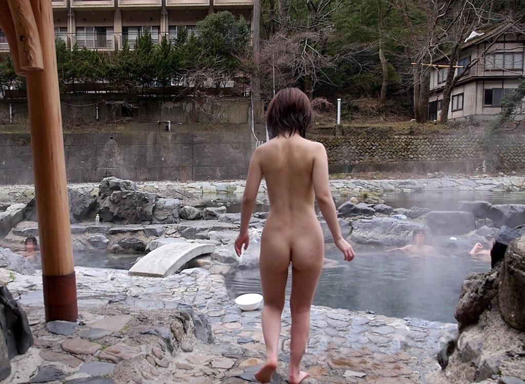 旦那の性癖に従い混浴温泉で裸体を晒す嫁エロ画像17枚目