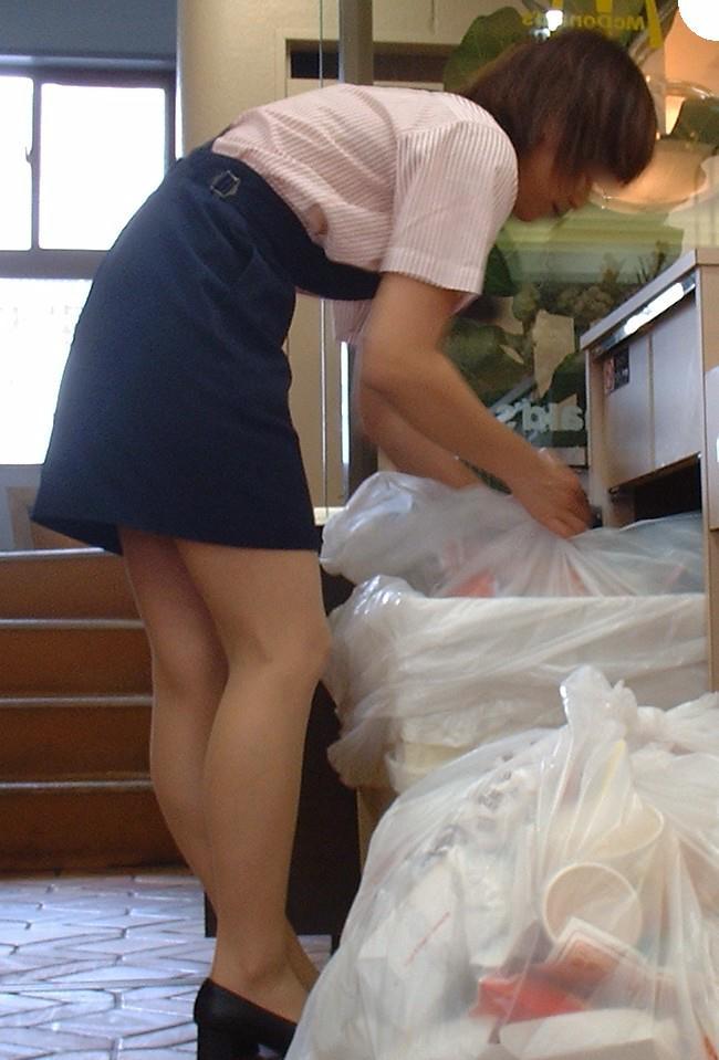 マクドナルド店員のミニスカ制服のエロ写メ流出画像25枚目