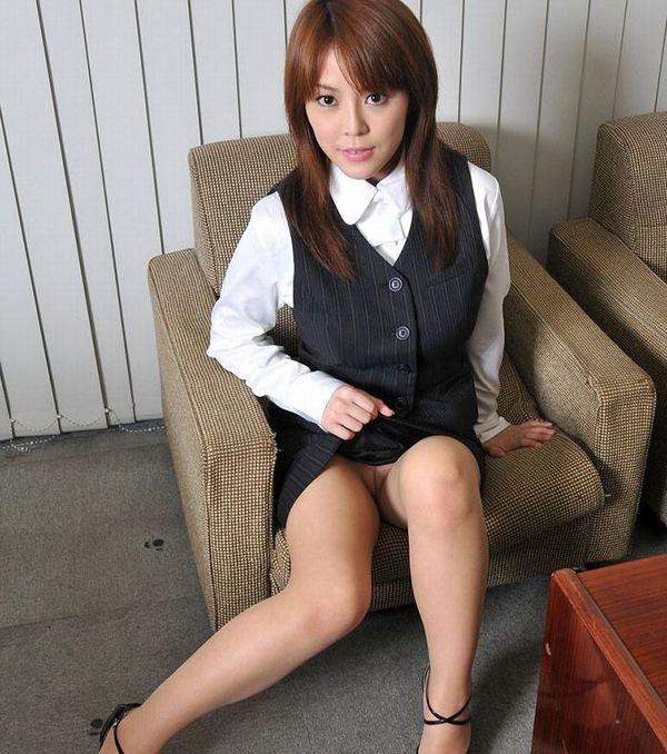 誘惑痴女スカートたくし上げパンティ見せエロ画像5枚目