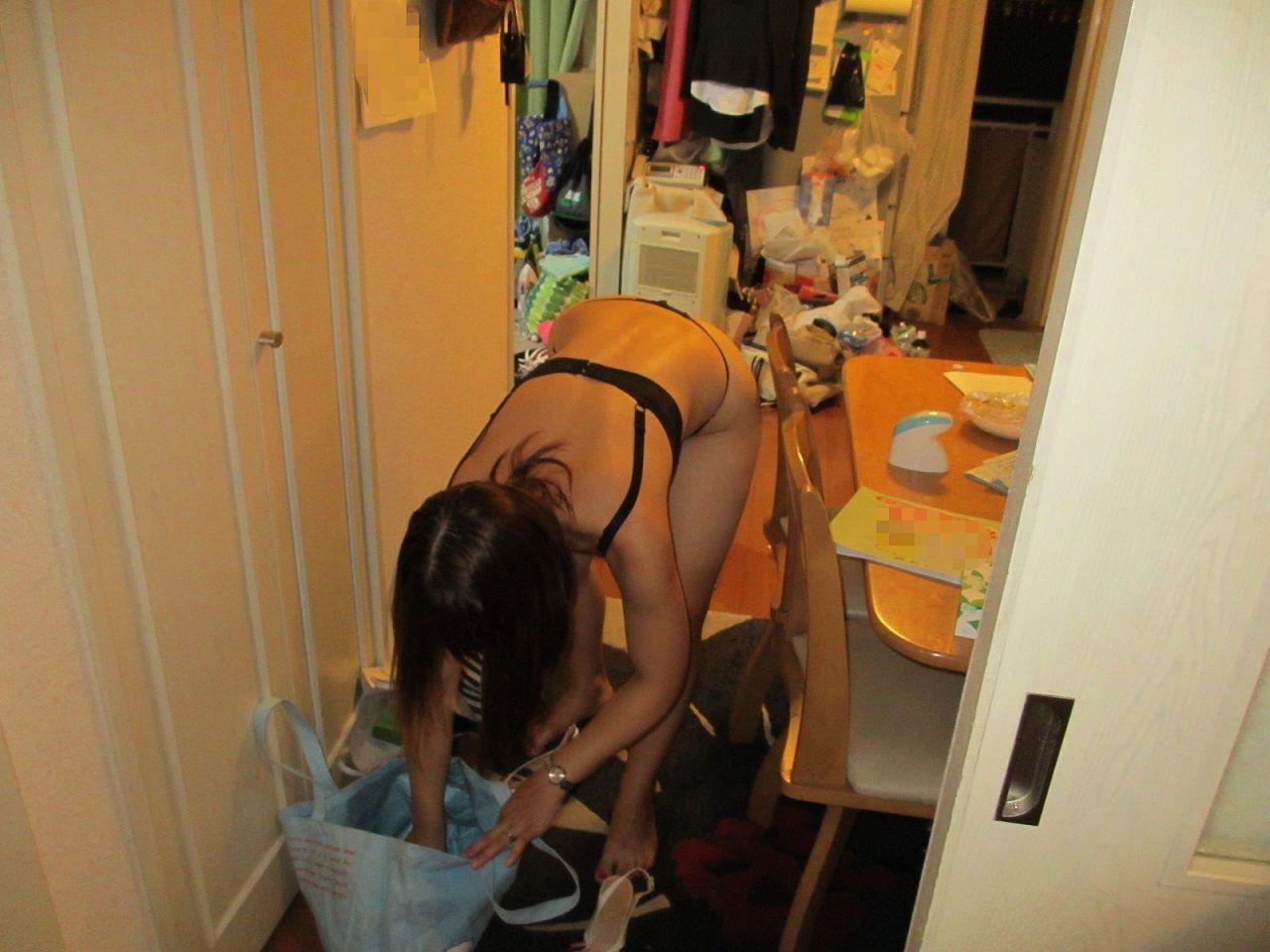 家庭内姉妹や妻の日常エロ盗撮下着姿エロ写メ画像16枚目