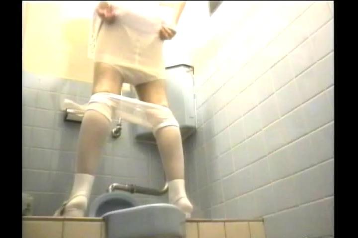 日焼け美乳黒ギャルなどのトイレ盗撮エロ写メ画像6枚目