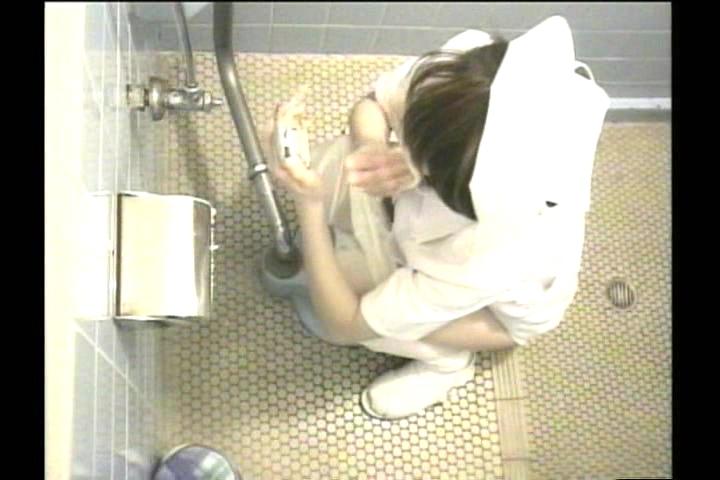 日焼け美乳黒ギャルなどのトイレ盗撮エロ写メ画像12枚目