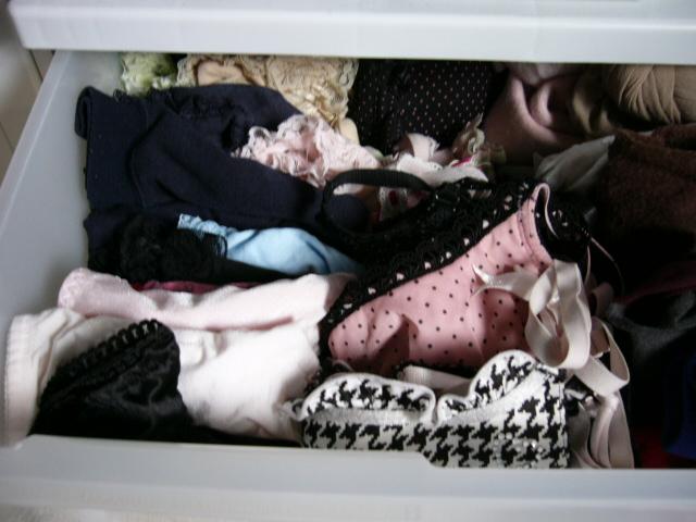 タンスの中の妹のブラパンティ下着盗撮写メエロ画像16枚目
