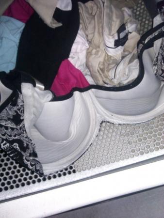 洗濯前妹のシミ付き下着洗濯機の中盗撮写メエロ画像2枚目