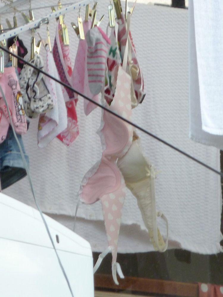 姉妹のベランダに干された無防備なブラジャーやパンツの盗撮エロ画像3枚目
