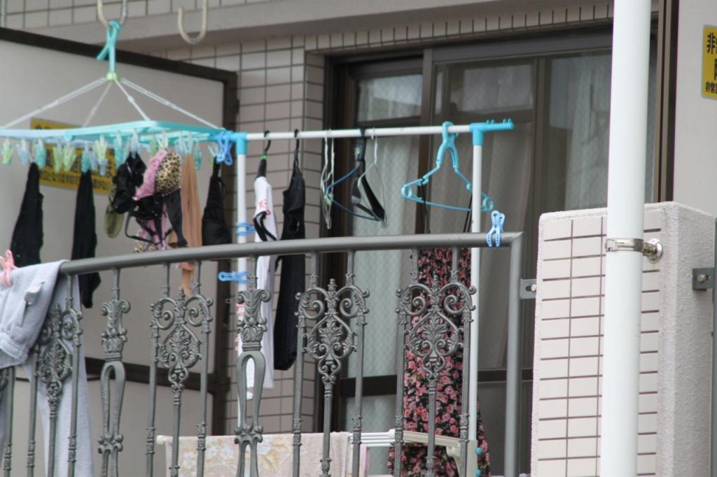 姉妹のベランダに干された無防備なブラジャーやパンツの盗撮エロ画像8枚目