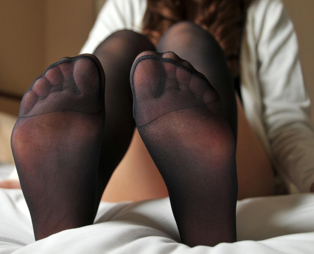 熟女の足裏ベージュパンスト縫い目エロ画像6枚目