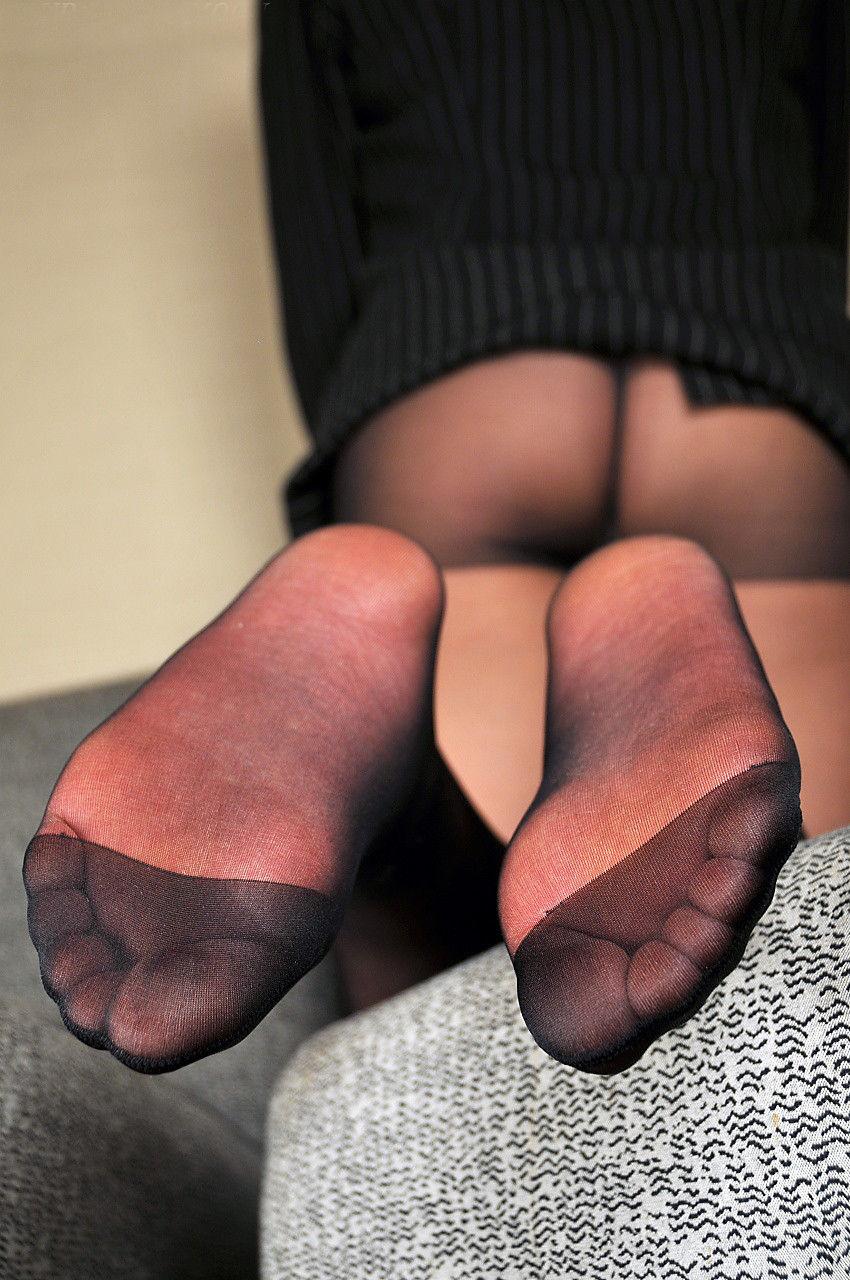 熟女の足裏ベージュパンスト縫い目エロ画像13枚目