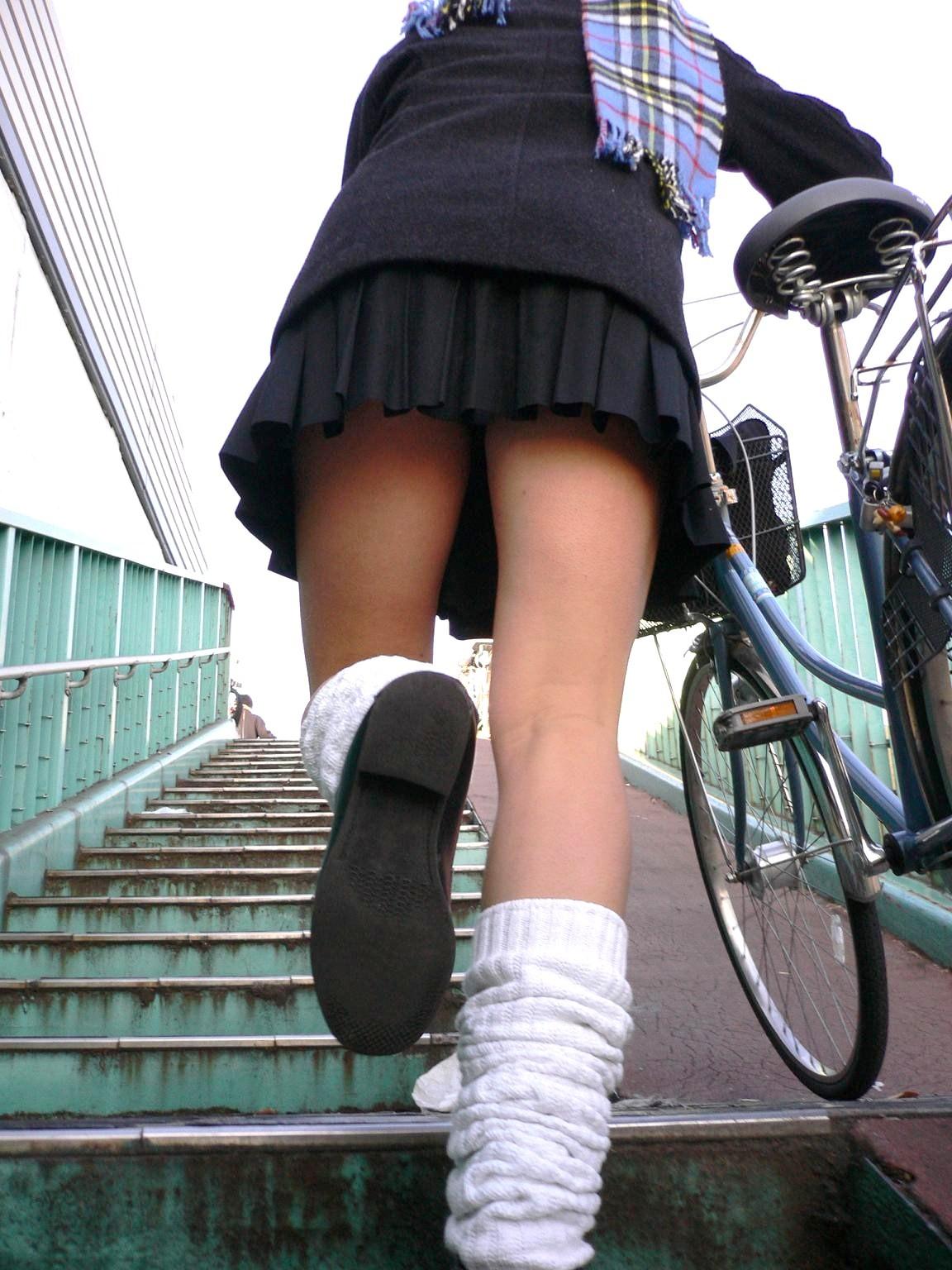 階段下jkパンティー下着を下から盗撮写メエロ画像14枚目