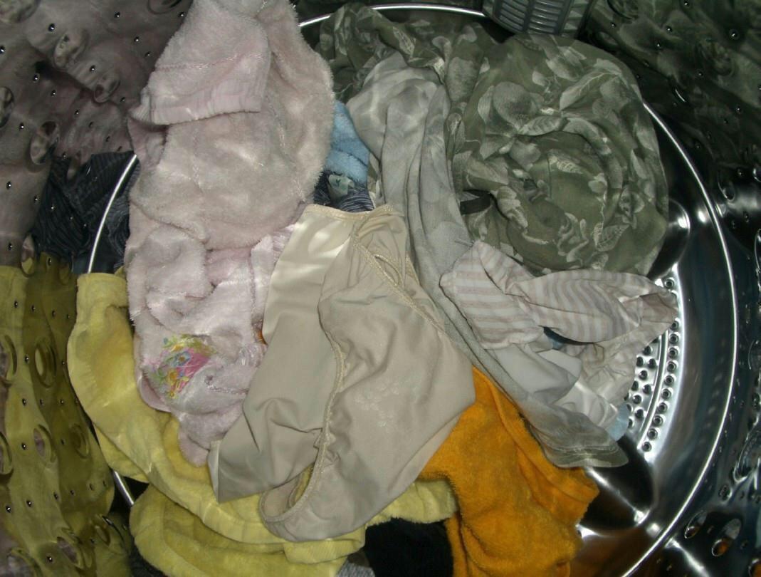 美人姉のシミ付き洗濯機の中の下着盗撮エロ画像2枚目