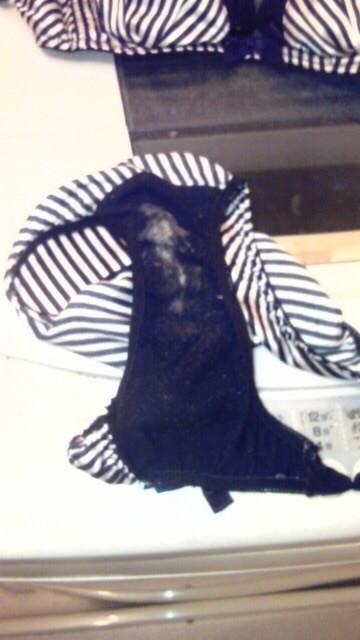 美人姉のシミ付き洗濯機の中の下着盗撮エロ画像5枚目