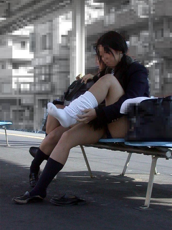 女子高生顔出ししゃがみパンチラ下着盗撮エロ画像12枚目