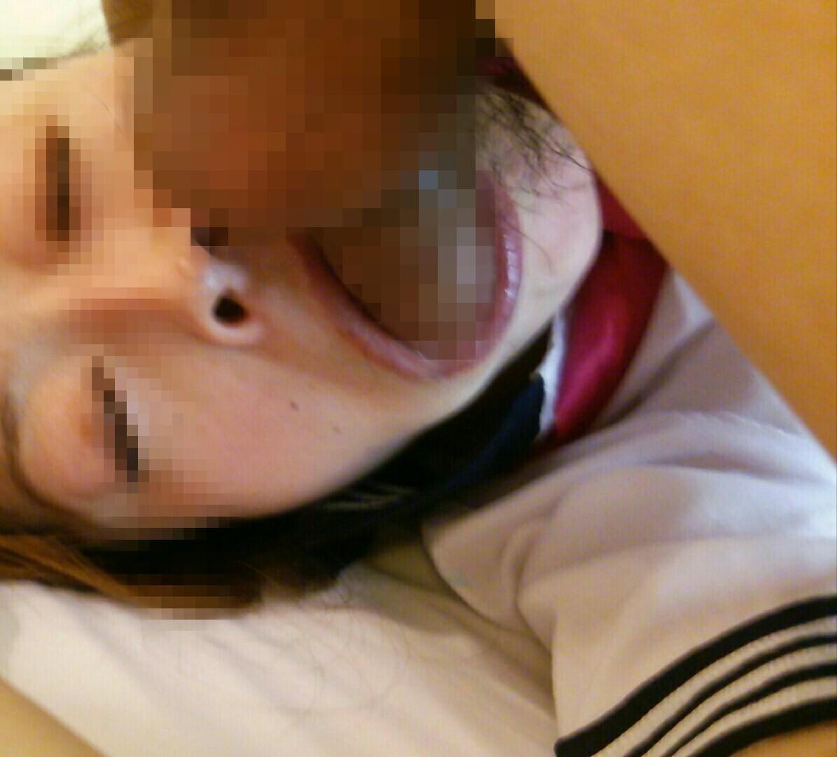 顔出し熟女人妻調教中の口内射精フェラエロ画像2枚目