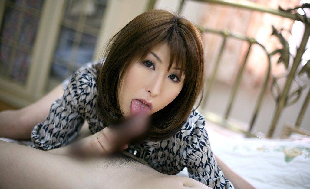 顔出し熟女人妻調教中の口内射精フェラエロ画像16枚目