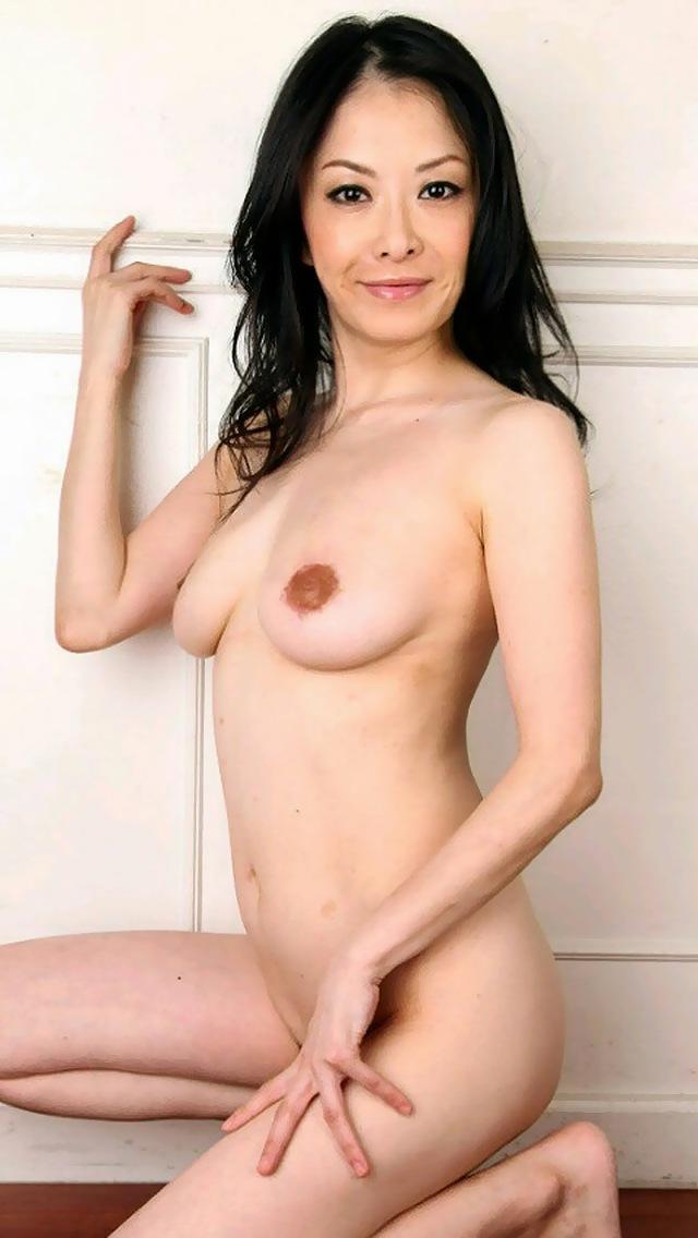 美巨乳熟女人妻のたくし上げヌードエロ画像流出7枚目
