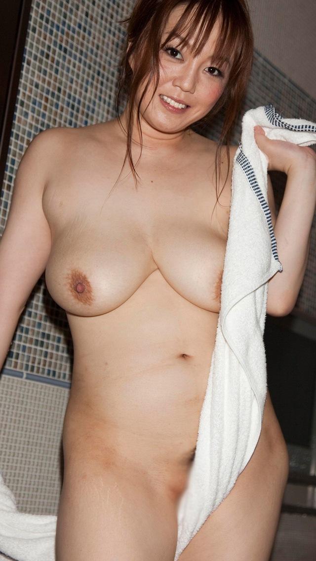 美巨乳熟女人妻のたくし上げヌードエロ画像流出10枚目