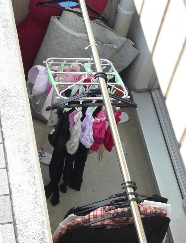 エロ下着姿の妹が干すベランダの下着盗撮エロ画像3枚目
