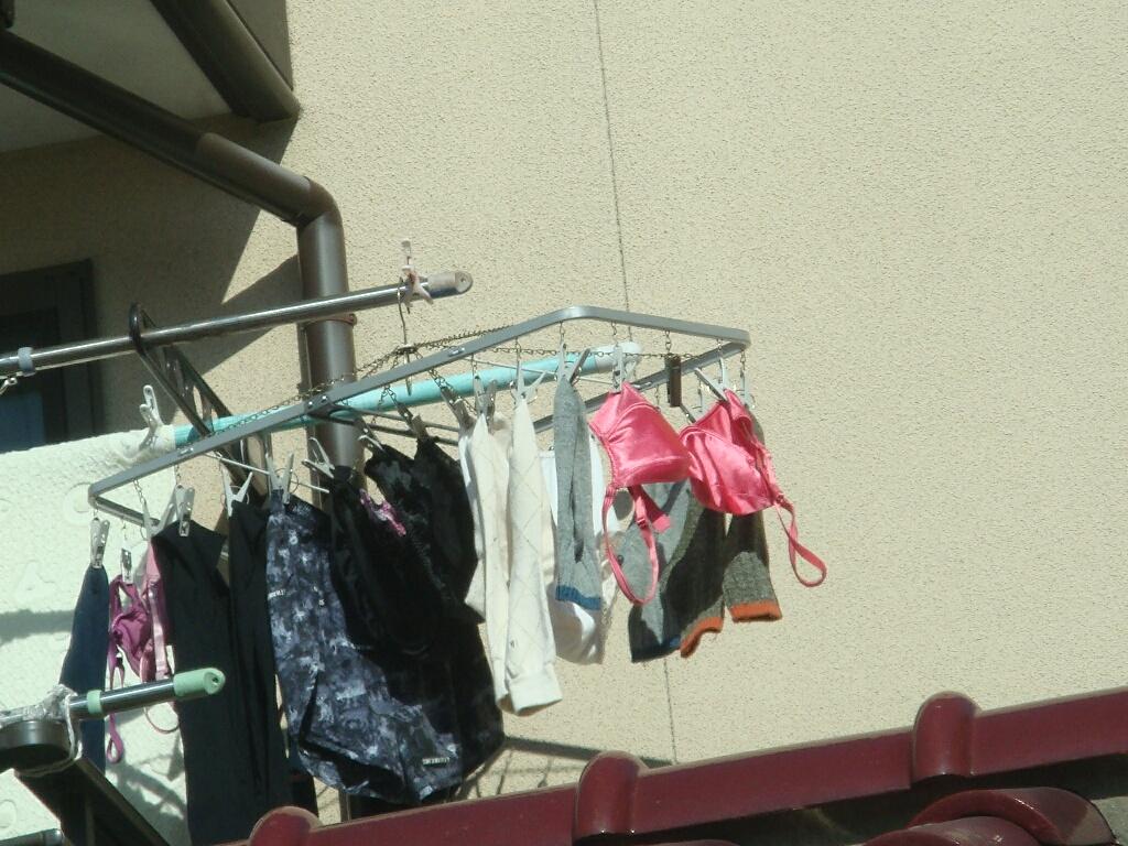 エロ下着姿の妹が干すベランダの下着盗撮エロ画像7枚目