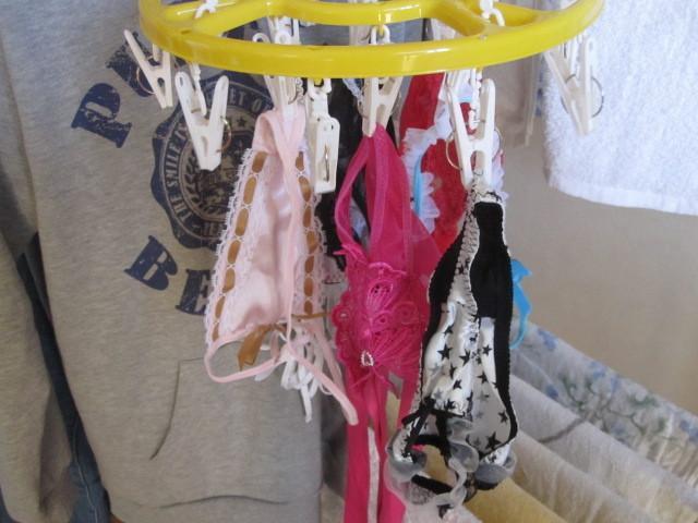 エロ下着姿の妹が干すベランダの下着盗撮エロ画像15枚目