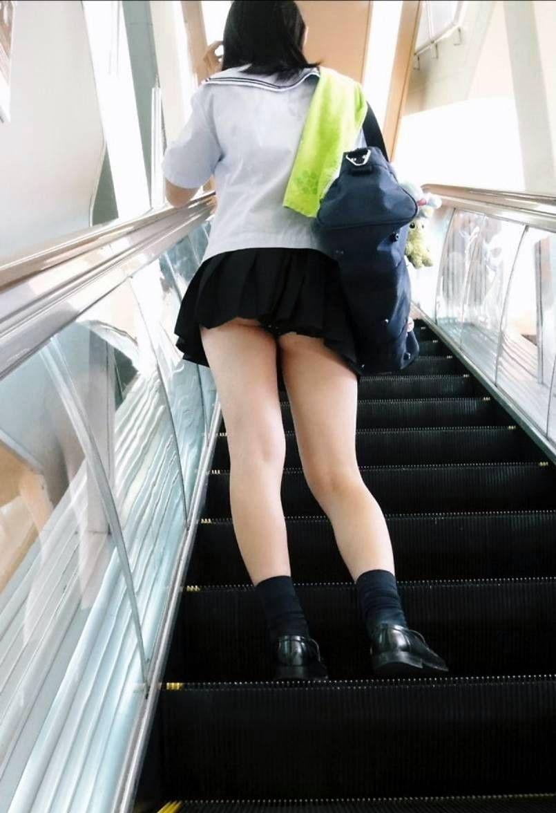 生理中しましまパンツ階段下jk盗撮エロ画像2枚目