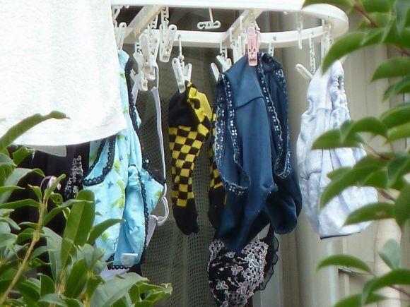 ベランダで下着を干す女子大生盗撮エロ画像6枚目