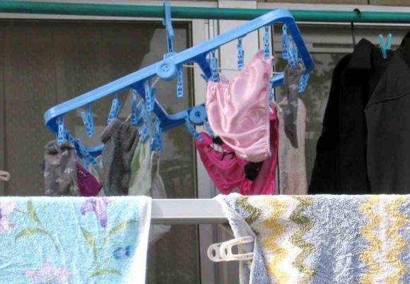 ベランダで下着を干す女子大生盗撮エロ画像9枚目