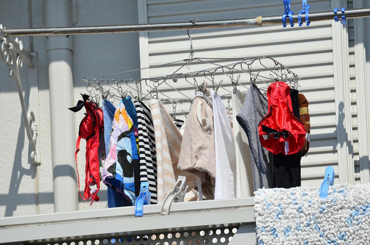 ベランダで下着を干す女子大生盗撮エロ画像10枚目