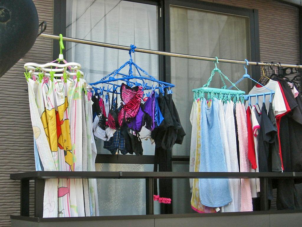 ベランダで下着を干す女子大生盗撮エロ画像11枚目