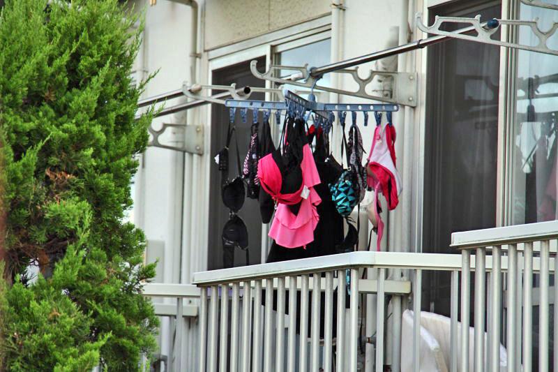 ベランダで下着を干す女子大生盗撮エロ画像12枚目