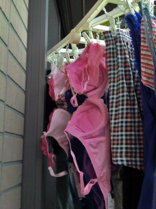 ベランダで下着を干す女子大生盗撮エロ画像13枚目