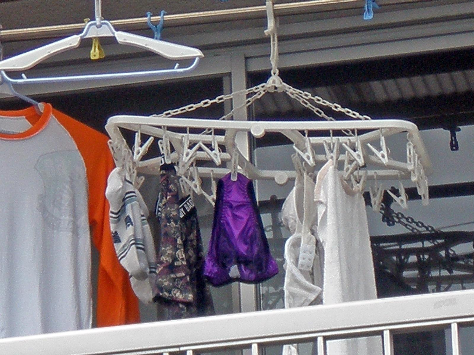 ベランダで下着を干す女子大生盗撮エロ画像16枚目
