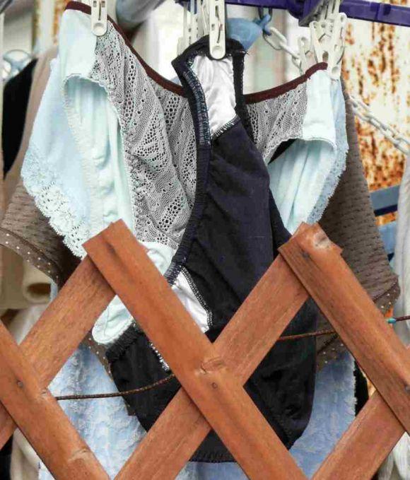 サテンパンティが干されたベランダの下着盗撮エロ画像9枚目