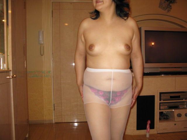 デブス熟女のムチムチ体型パンスト姿エロ画像1枚目