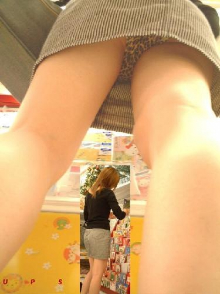 女子高生や女子大生の逆さパンチラ盗撮エロ画像5枚目