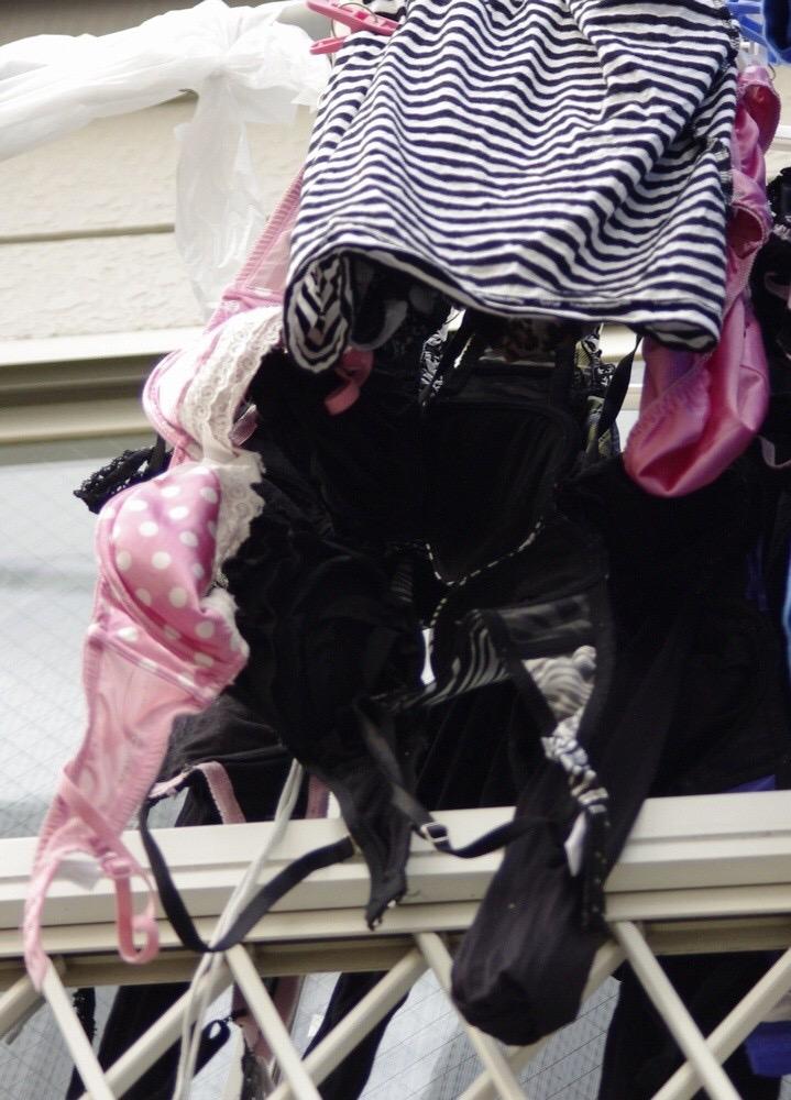 ベランダの熟女フルバックパンティ下着盗撮エロ画像3枚目