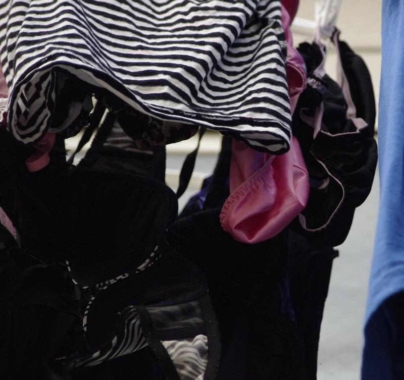 ベランダの熟女フルバックパンティ下着盗撮エロ画像4枚目