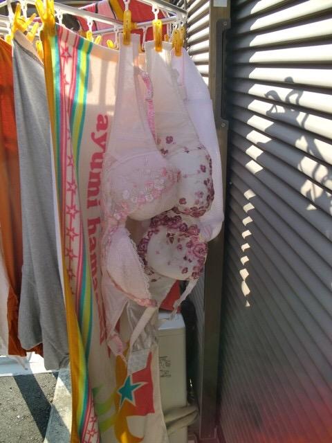 ベランダの熟女フルバックパンティ下着盗撮エロ画像11枚目