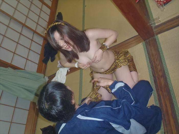 温泉熟女ピンクコンパニオン集団レイプエロ画像14枚目