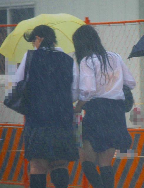 雨に濡れてブラウス透けJKブラジャー盗撮エロ画像3枚目